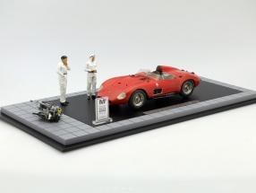 Maserati 300 S Dirty Hero incl. 2 Figuren, Motor und Vitrine rot 1:18 CMC