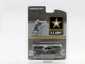 Ford Custom US Army Baujahr 1967 mit Soldat Figur oliv grün 1:64 Greenlight