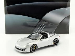 Porsche 911 (991) Targa 4S RHD Baujahr 2015 silber mit Vitrine 1:18 GT-SPIRIT
