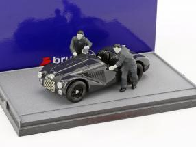 Fabrica Ferrari Maranello 1947: Ferrari 125S with two mechanics black / white 1:43 Brumm
