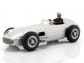 Sitzende Rennfahrer-Figur mit schwarzem Pullover 1:18 FigurenManufaktur