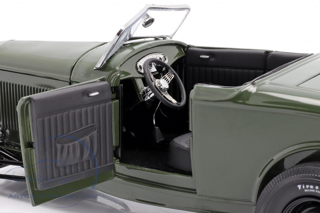 Ford Roadster year 1932 Green with Envy dark green / black