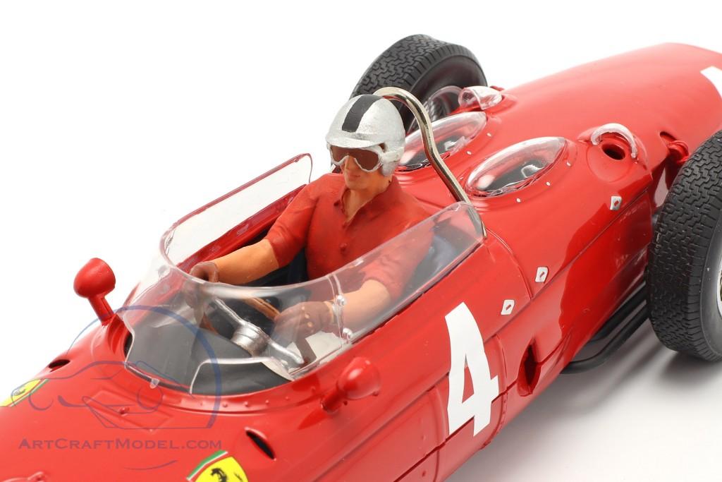 Sitzende Rennfahrer-Figur mit rotem Hemd  FigurenManufaktur